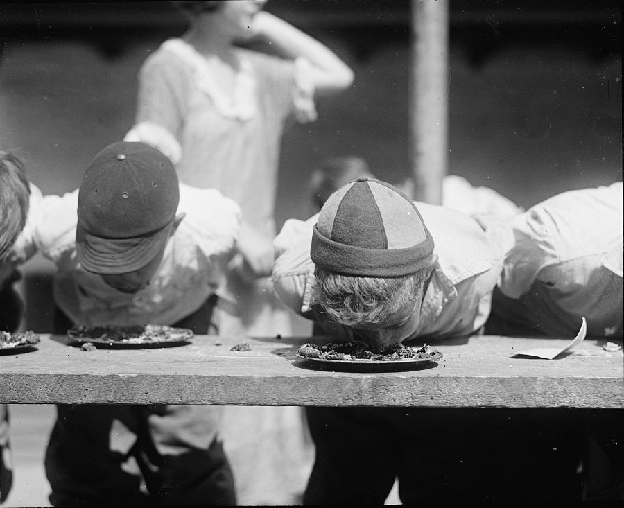 Pie_eating_contest_1923.jpg